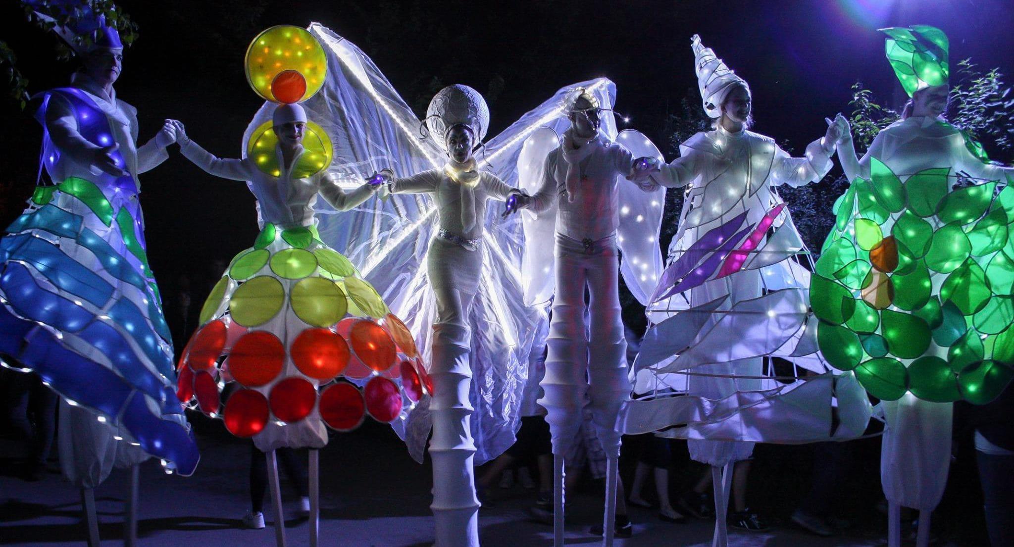 Sechs Lichtgestalten auf Stelzen, Walk Act von Williams and Friends Entertainment